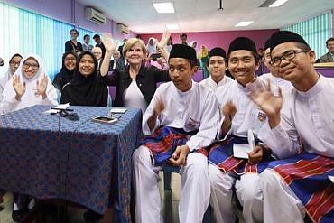 Julie Bishop with Selangor students in Kuala Lumpur